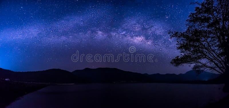 Gwiazdy i milky sposób w niebie fotografia stock