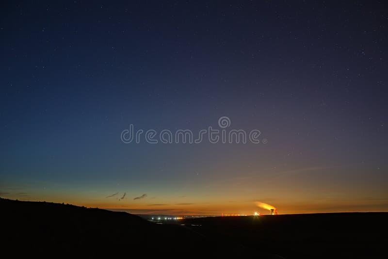 Gwiazdy kosmos w nocnym niebie nad rzeczną doliną fotografia royalty free