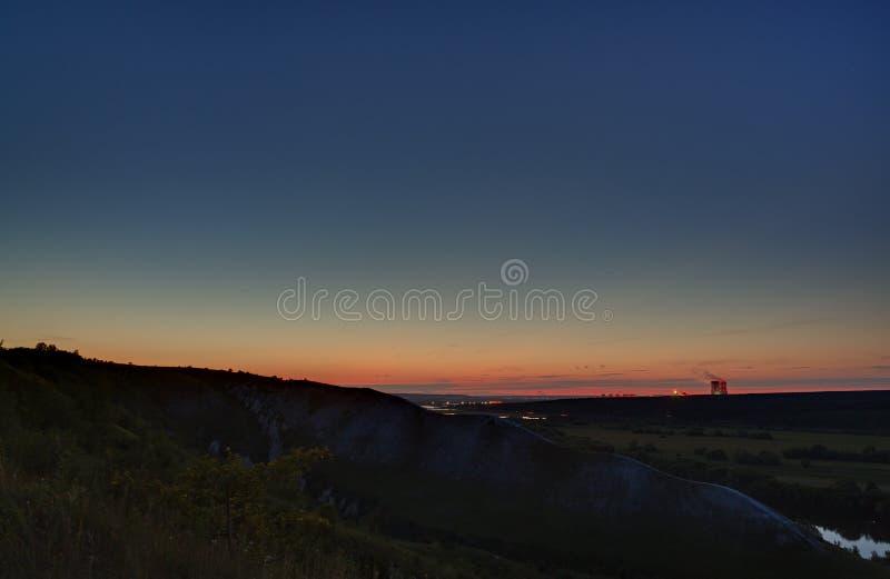 Gwiazdy kosmos w nocnym niebie nad rzeczną doliną obrazy royalty free
