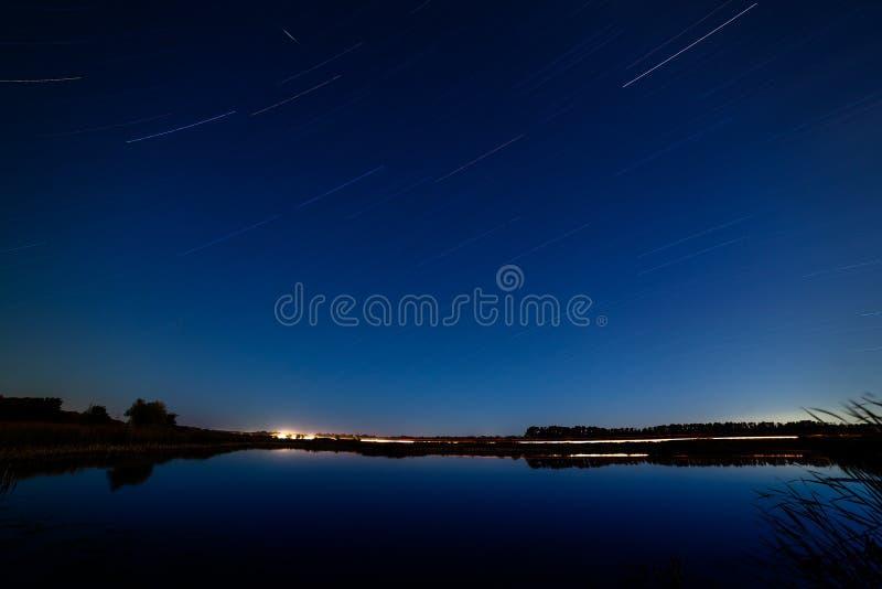 Gwiazdy w nocnym niebie odbijali w rzece Światła fr obraz royalty free