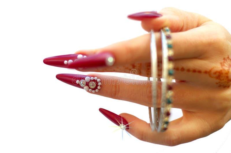 Gwoździe dekorowali z brylantem i ręką z henna tatuażami zdjęcia royalty free