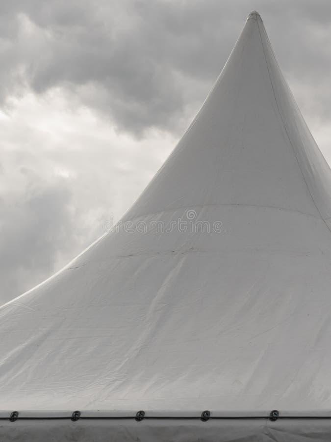 Gwożdżący dach bielu przyjęcia wydarzenia namiot obraz stock