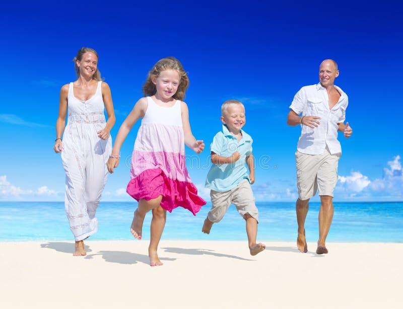 Gyckel för sommarstrandfamilj royaltyfri foto