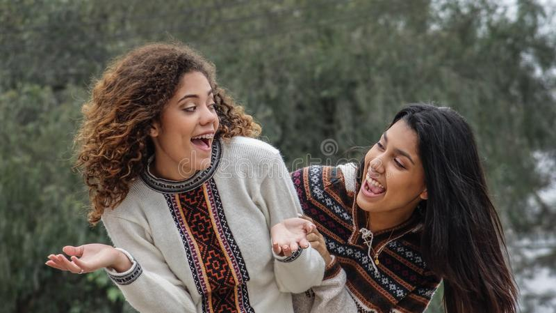 Gyckel och kamratskap bland tonåriga latinamerikanska flickor royaltyfria foton