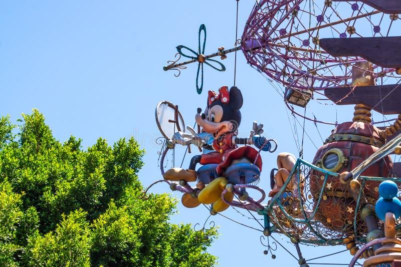 Gyckel på Disneyland parkerar i Anaheim, Kalifornien, USA Roliga festliga garneringar royaltyfri fotografi