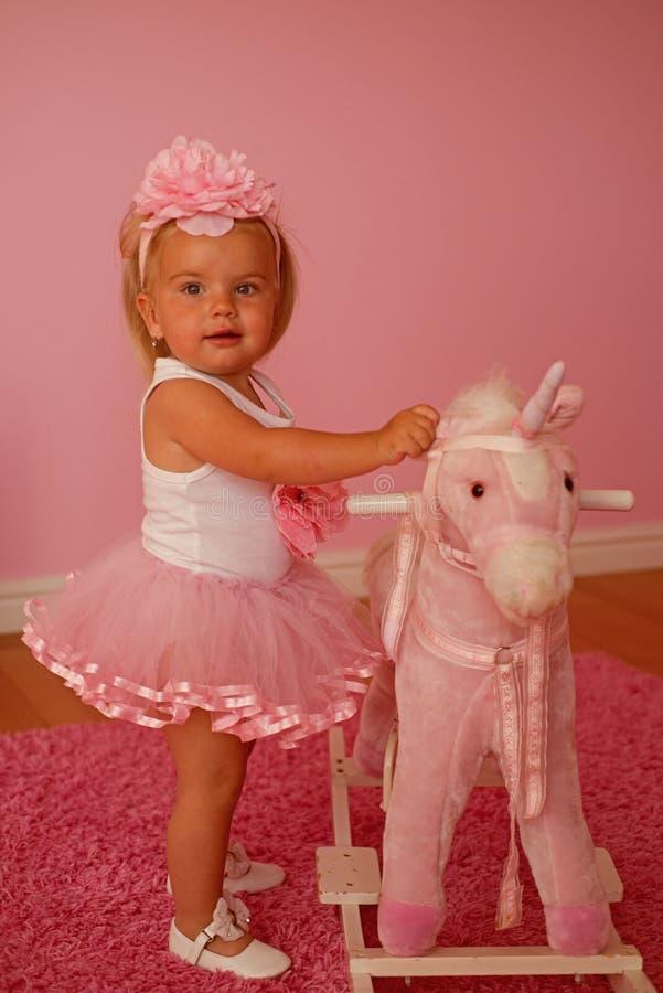 gyckel som bara har accessory hårhårnålwhite Musikband för småbarnkläderhår Liten blond häst för flickarittleksak Liten flicka me arkivfoto
