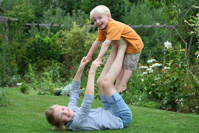gyckelträdgård som har ungar fotografering för bildbyråer