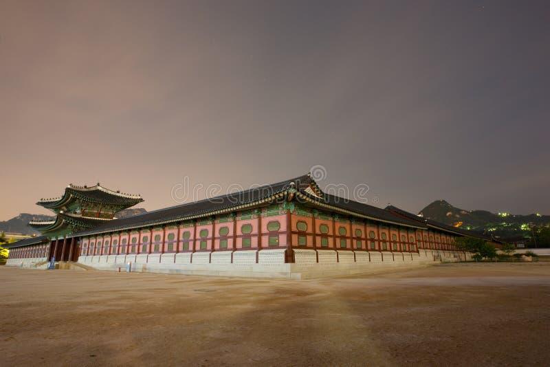 gyeongbokgung喜怒无常的晚上宫殿 图库摄影