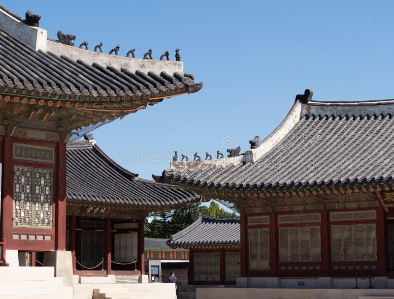 Gyeongbokgung pałac budynki z Dekoracyjnymi płytkami i statuami zdjęcie stock