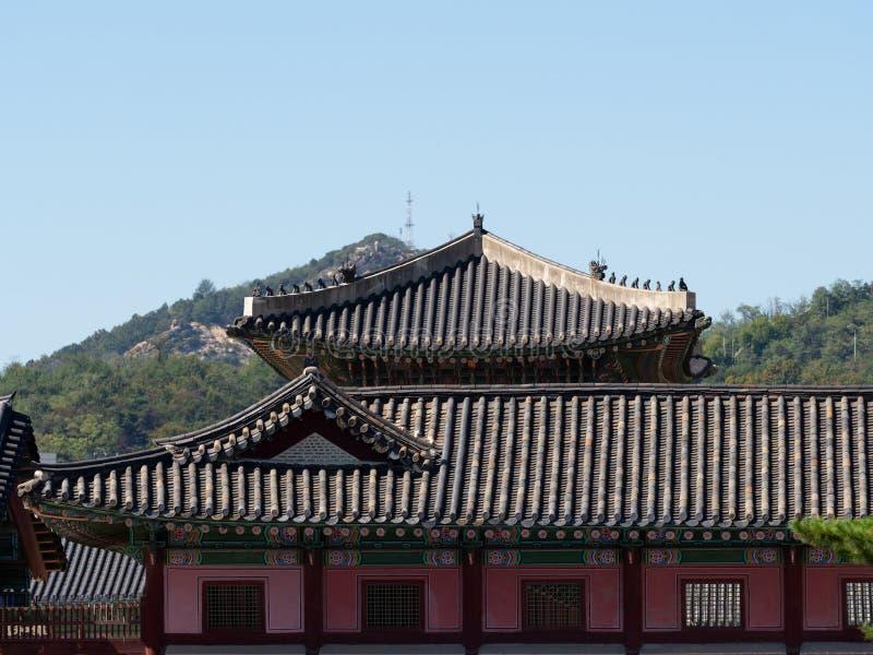 Gyeongbokgung pałac budynki z wzgórzami w tle obraz royalty free