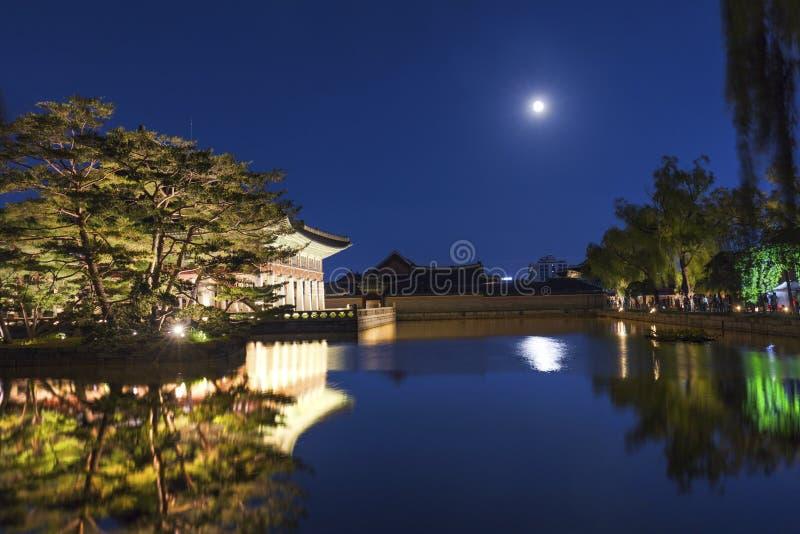 Gyeongbokgung slott på natten med fullmånen arkivfoton
