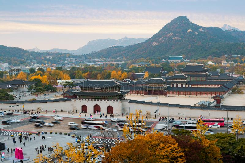 Gyeongbokgungs-Palast im Herbst in Seoul, Südkorea lizenzfreies stockfoto
