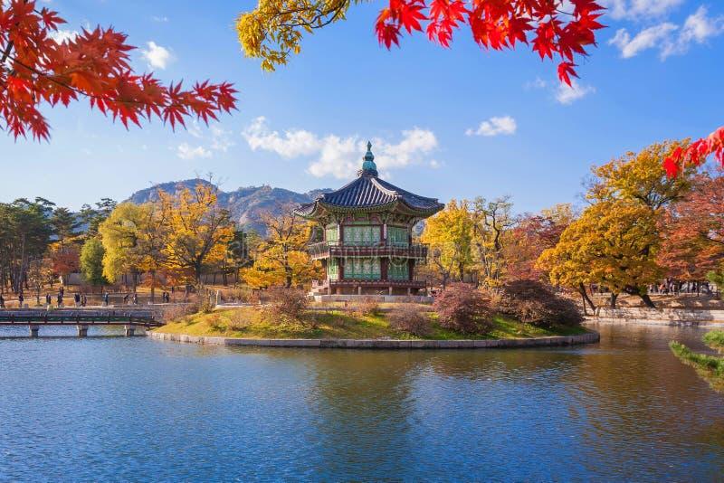 Gyeongbokgungs-Palast im Herbst, Seoul, Südkorea lizenzfreie stockbilder