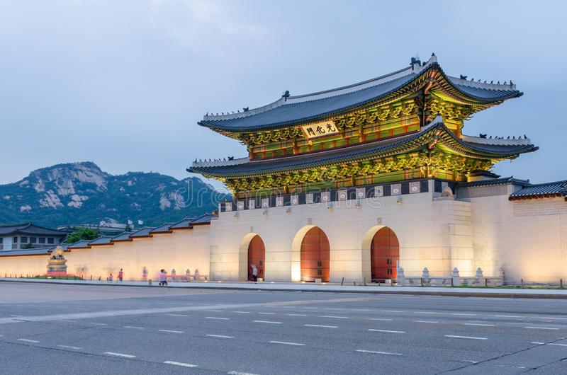 Gyeongbokgungs-Palast nachts in Seoul, Südkorea stockbild