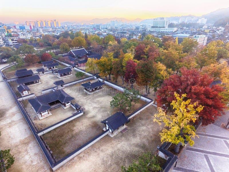 Gyeonggijeon Salão na cidade coreana tradicional da vila de Jeonju Hanok, Jeonju, Jeollabukdo, Coreia do Sul fotos de stock royalty free