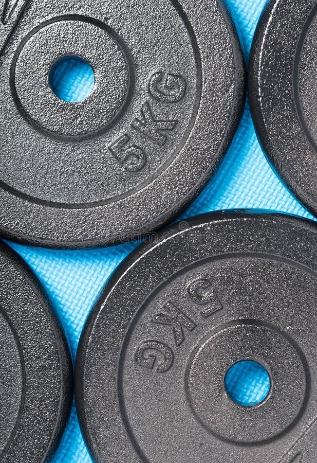 Gym barbell ciężary na błękitnym ćwiczeniu matują obraz royalty free
