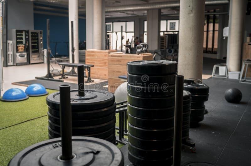 Gym de Crossfit com pesos e equipamento do exercício fotografia de stock