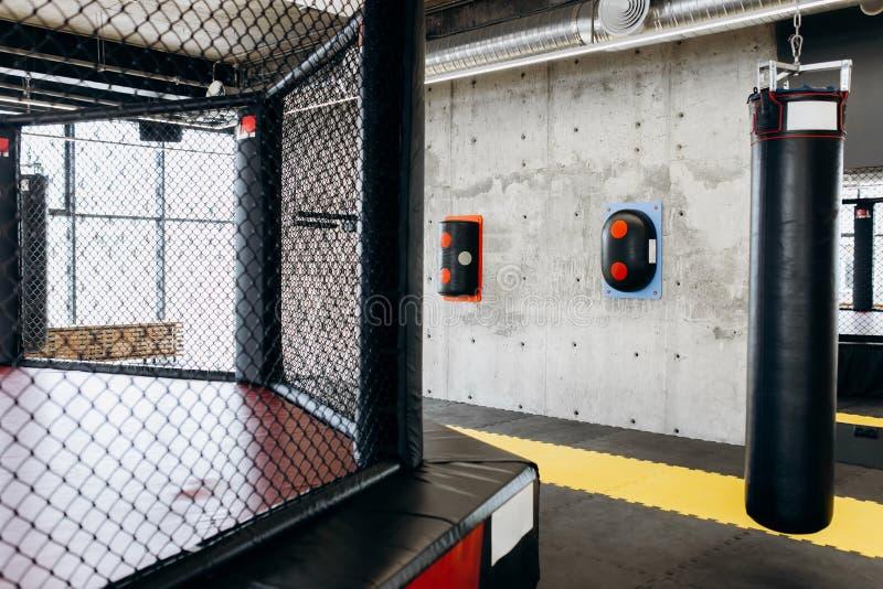 Gym dla boksować z pierścionkiem, uderzający pięścią torbę i innego wyposażenie obraz stock