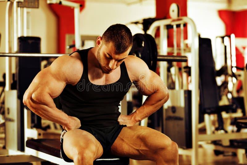 Gym do treinamento do halterofilista fotos de stock royalty free