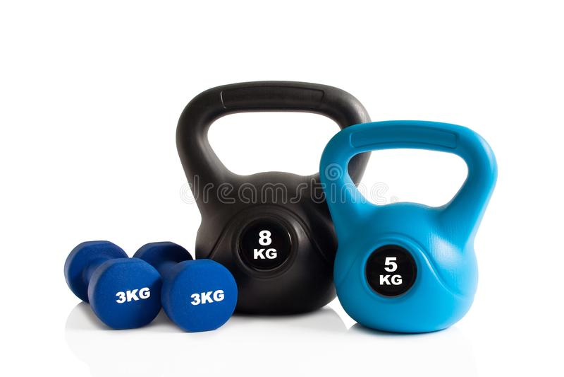 Gym dumbbells i kettlebells odosobnienie zdjęcia royalty free