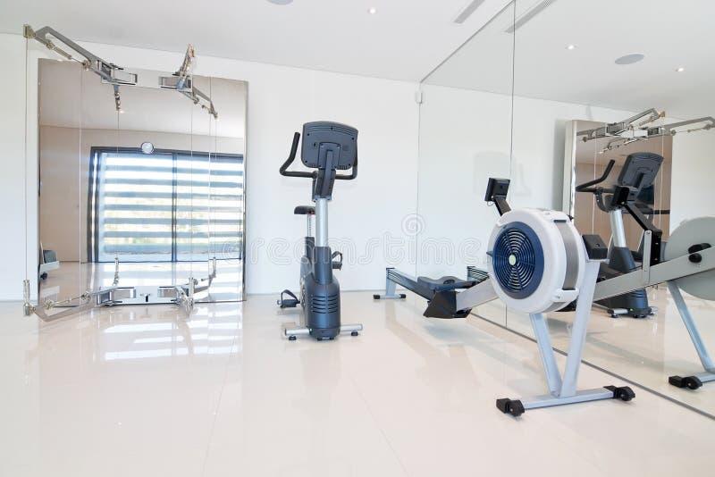 Gym e equipamento da aptidão. imagens de stock