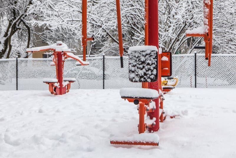 Gym exterior do exercício com a engrenagem de treinamento no inverno imagens de stock royalty free