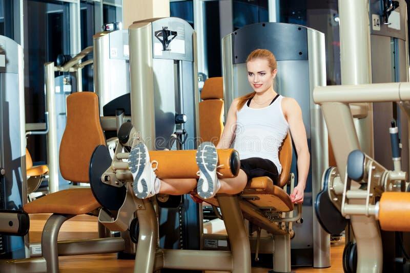 Gym nogi rozszerzenia ćwiczenia treningu kobieta salowa obrazy royalty free