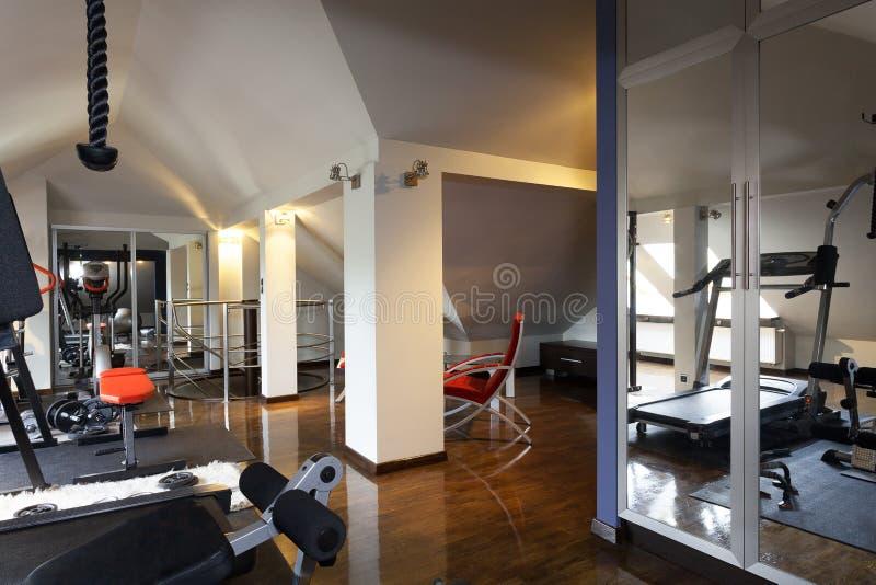 Gym privado em uma casa fotografia de stock royalty free
