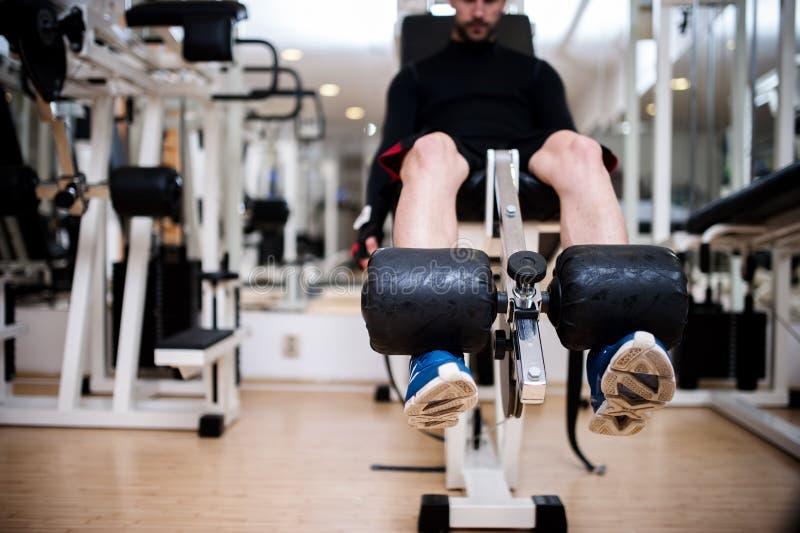Gym sprawności fizycznej centrum z młodym człowiekiem pracującym out fotografia royalty free