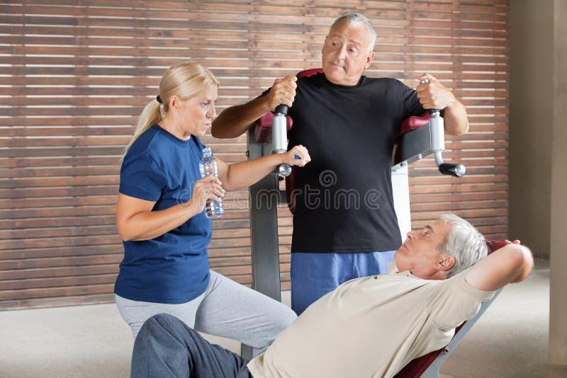 gym target898_0_ starszy ludzie fotografia stock