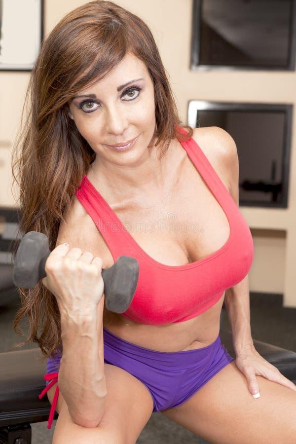 Gym trening - Bicep kędziory obrazy stock