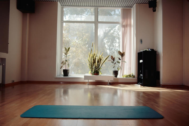 Gym z joga matą zdjęcia royalty free