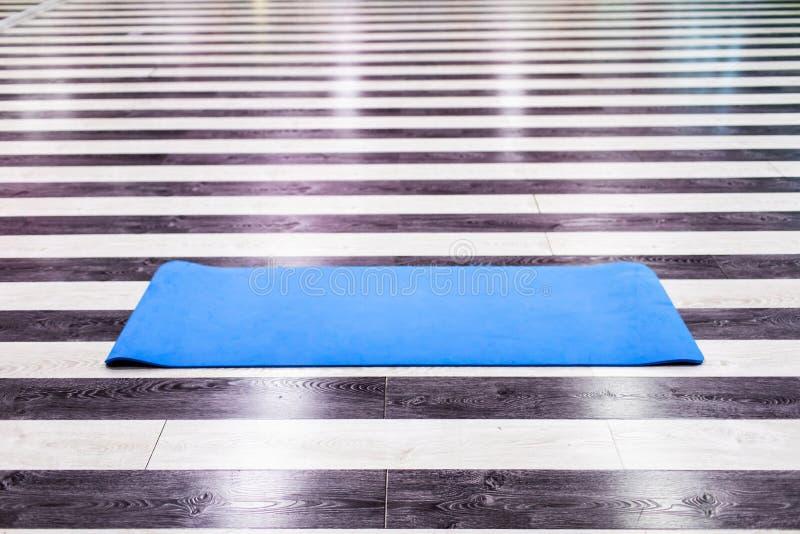 Gym z joga maty wnętrzem obraz royalty free