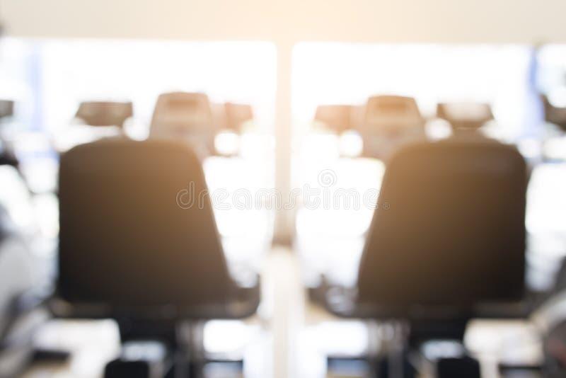 Gymnase abstrait de forme physique de tache floue avec l'équipement pour le fond photos libres de droits