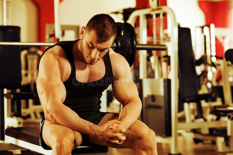 Gymnase de formation de Bodybuilder photographie stock