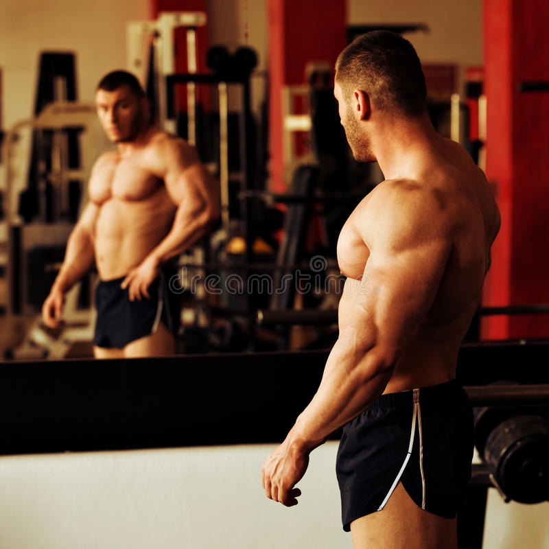 Gymnase de formation de Bodybuilder images stock