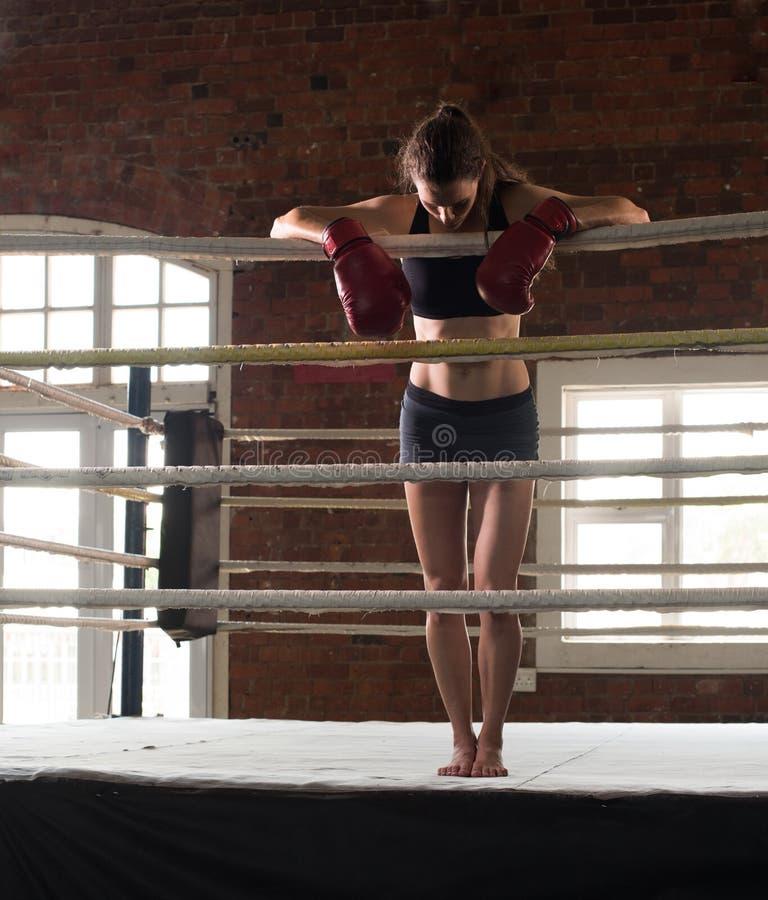 Gymnase de formation de femme enfermant dans une boîte l'ombre a martial mélangé de boxe d'anneau de Muttahida Majlis-e-Amal photos libres de droits