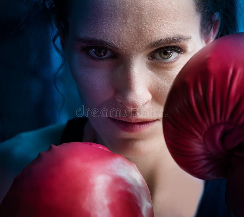 Gymnase de formation de femme enfermant dans une boîte l'ombre a martial mélangé de boxe d'anneau de Muttahida Majlis-e-Amal photo libre de droits