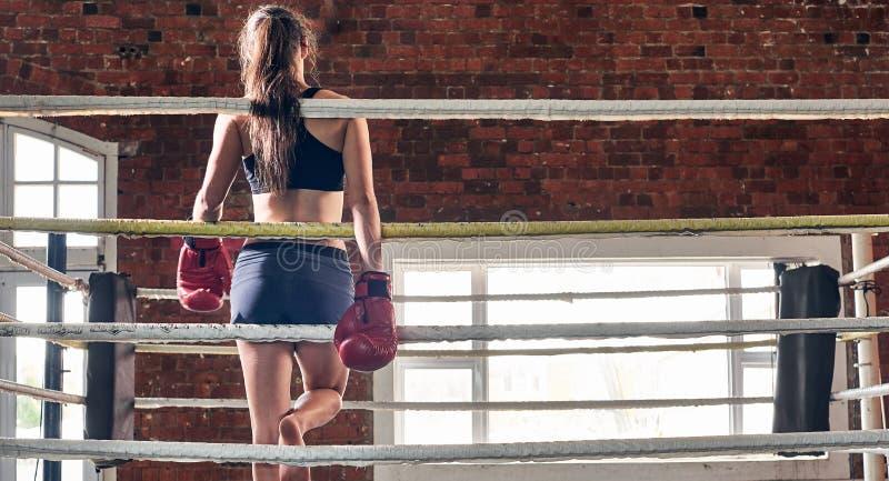 Gymnase de formation de femme enfermant dans une boîte l'ombre a martial mélangé de boxe d'anneau de Muttahida Majlis-e-Amal image libre de droits