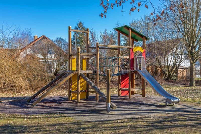 Gymnase de jungle sur un terrain de jeu abandonné image stock