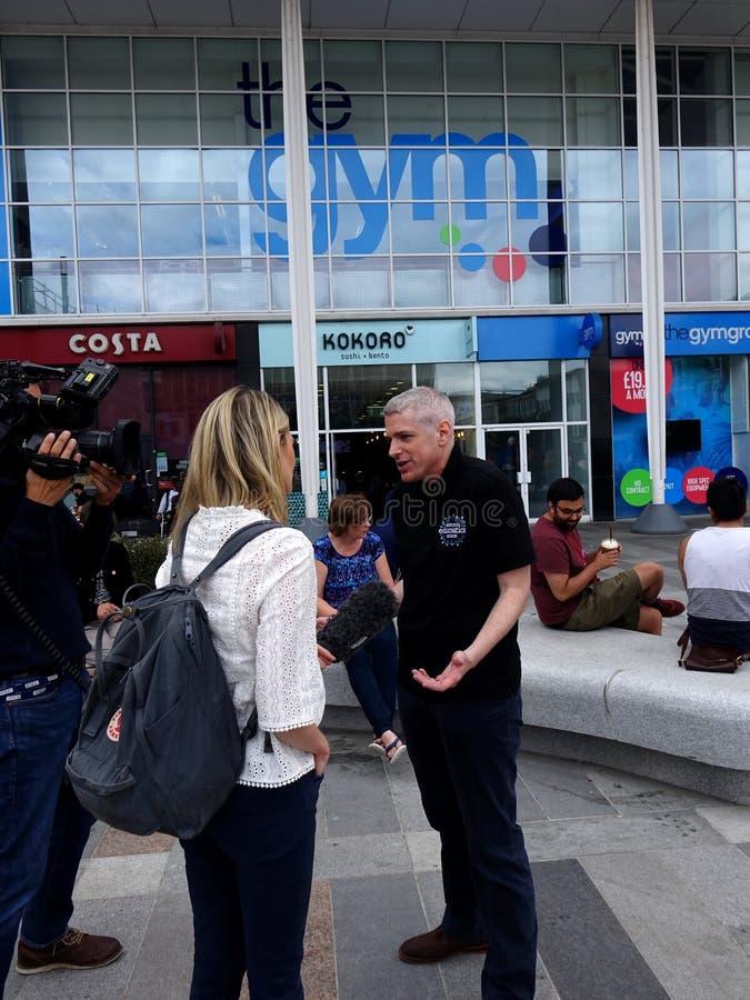Gymnase de Steward Fights His Case Outside des syndicats d'éducation nationale au journaliste photographie stock libre de droits