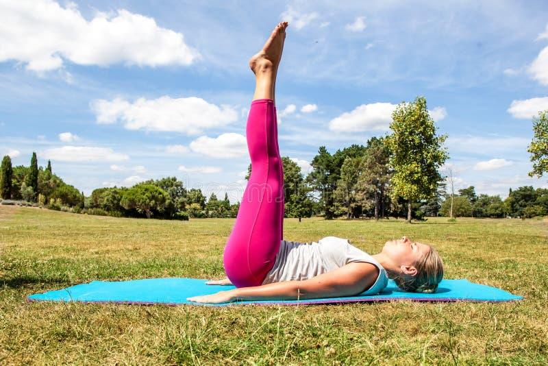 Gymnase et pilates dehors pour l'exercice de jeune femme photos stock