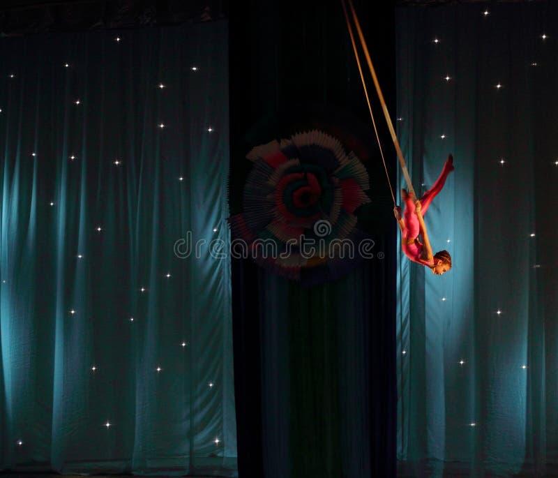Gymnast αέρα στις ζώνες στοκ φωτογραφίες