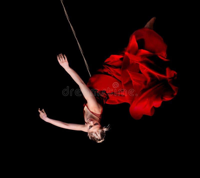 Gymnast γυναικών στο κόκκινο φόρεμα στο σχοινί στοκ εικόνα με δικαίωμα ελεύθερης χρήσης