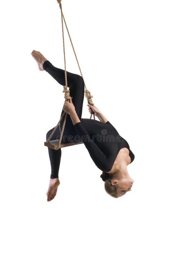 gymnast γυναικών στο σχοινί στην άσπρη ανασκόπηση στοκ εικόνα