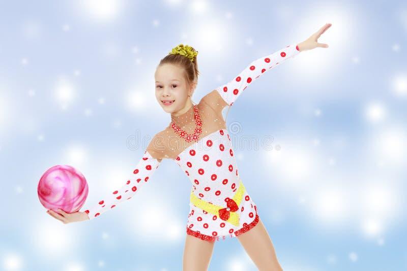 Gymnast κάνει τις ασκήσεις με μια σφαίρα στοκ εικόνες