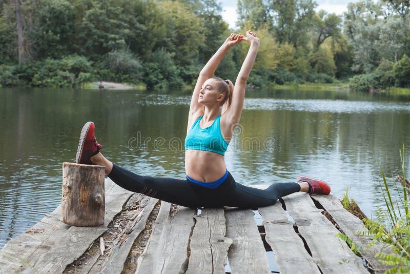 Gymnast κορίτσι από τον ποταμό στοκ εικόνες