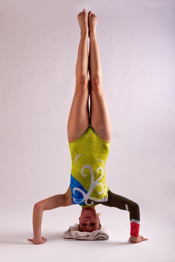 Gymnast κορίτσι γιόγκας headstand στοκ εικόνα