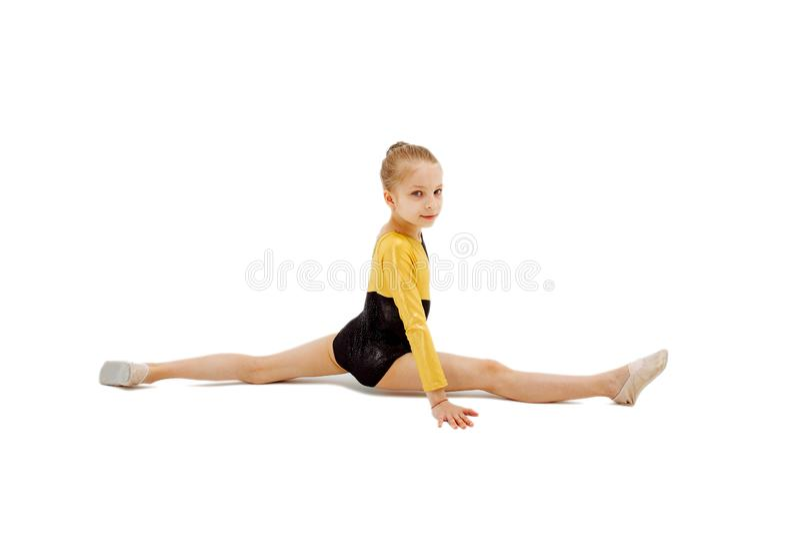 Gymnast μικρών κοριτσιών συνεδρίαση στις διασπάσεις Απομονωμένος στο λευκό στοκ φωτογραφίες με δικαίωμα ελεύθερης χρήσης