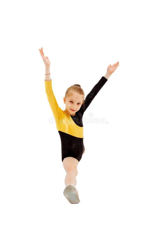 Gymnast μικρών κοριτσιών συνεδρίαση στις διασπάσεις Απομονωμένος στο λευκό στοκ εικόνες με δικαίωμα ελεύθερης χρήσης